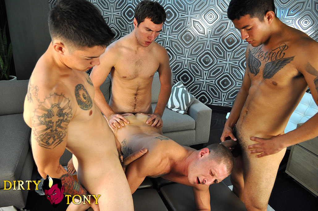 Dirty-Tony-Tyler-Griz-and-America-and-Joey-and-Timo-four-way-amateur-gay-sex-big-cock-cum-bath-03 Three Amateur Studs Fuck Their Buddy And Give Cum Facials